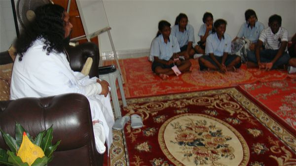 10 Guru Mahan Discuss with the Youth